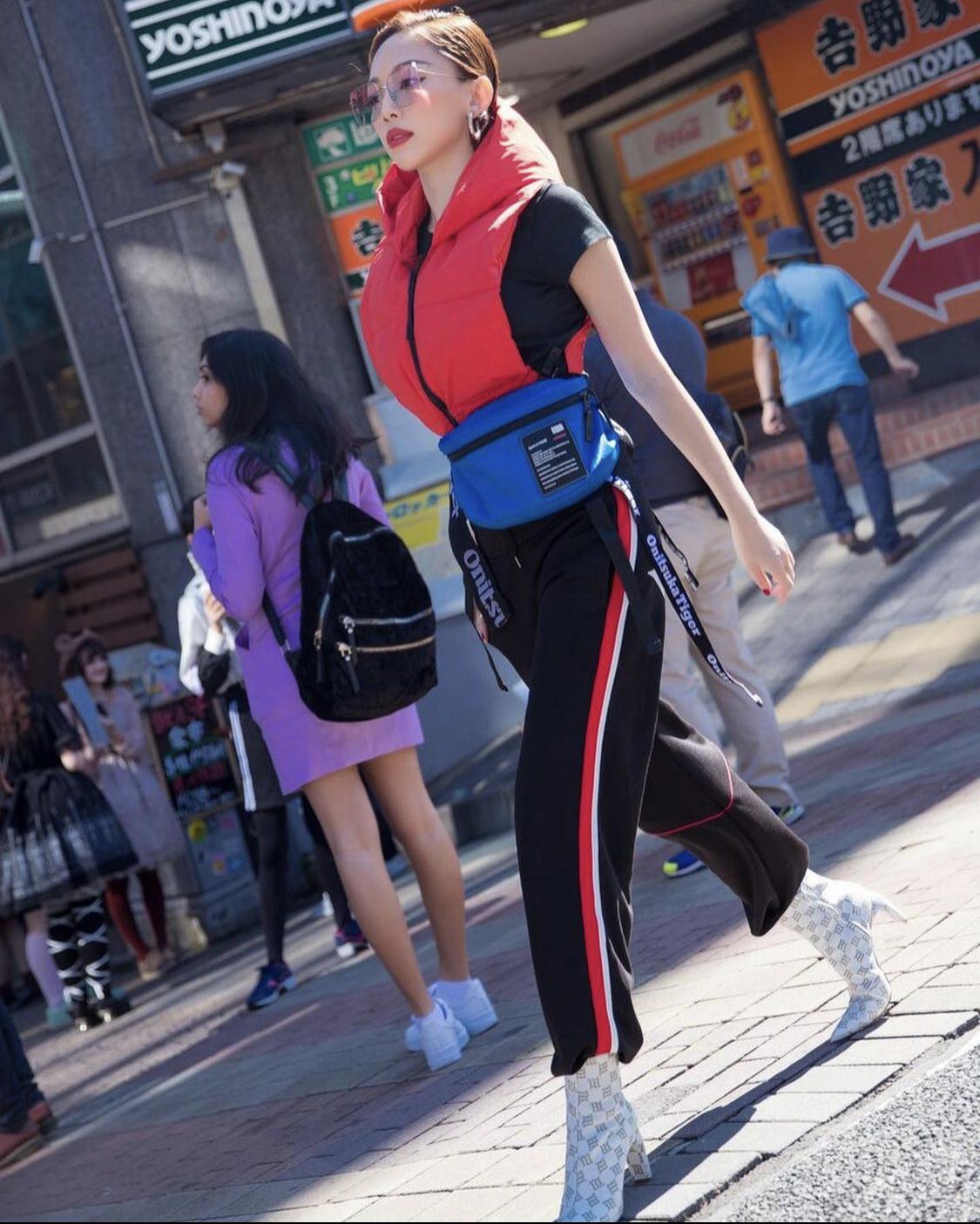 Tóc Tiên đồ thể thao track pants