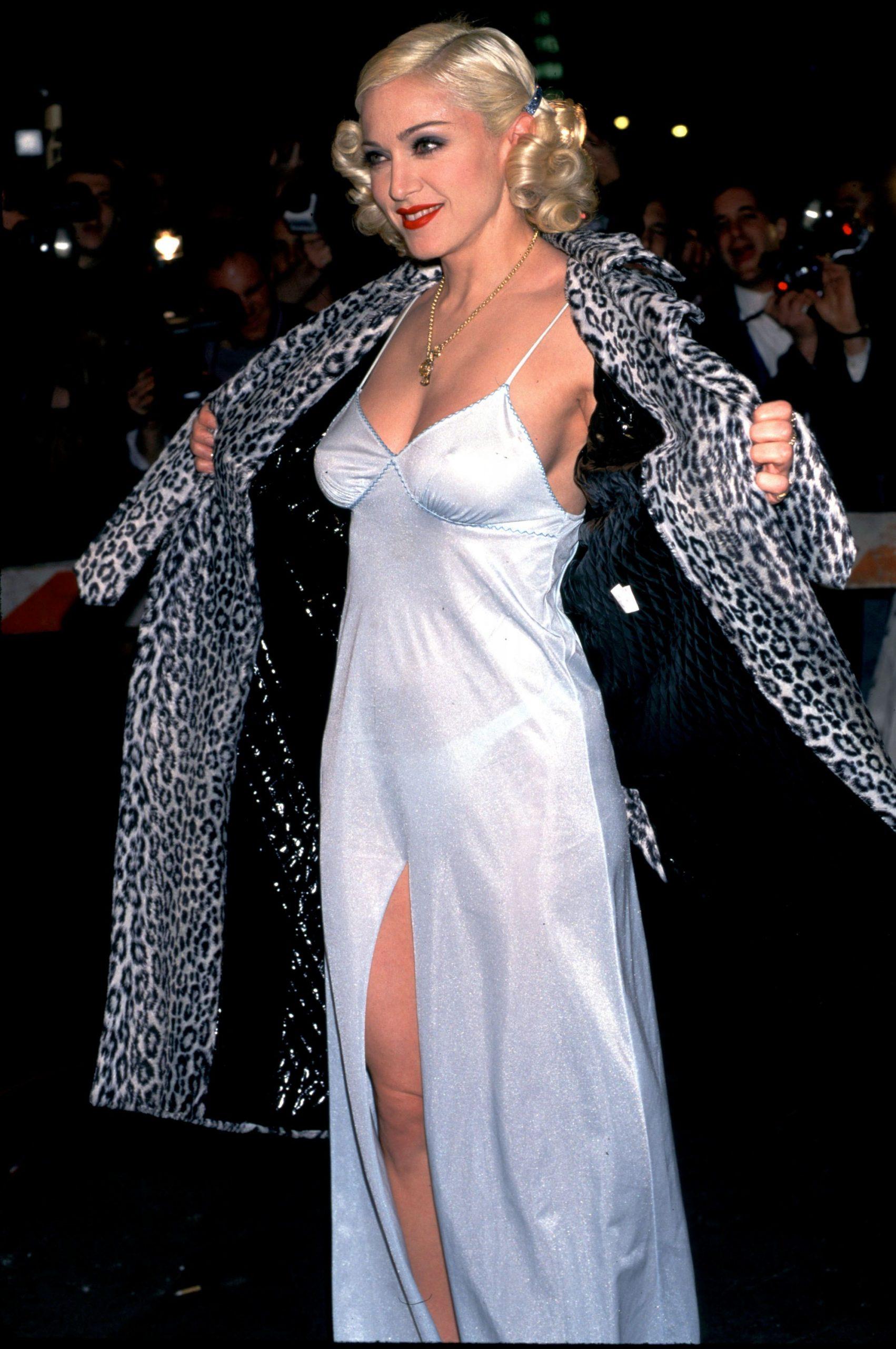 Madonna đầm slip dress áo khoác lông thú