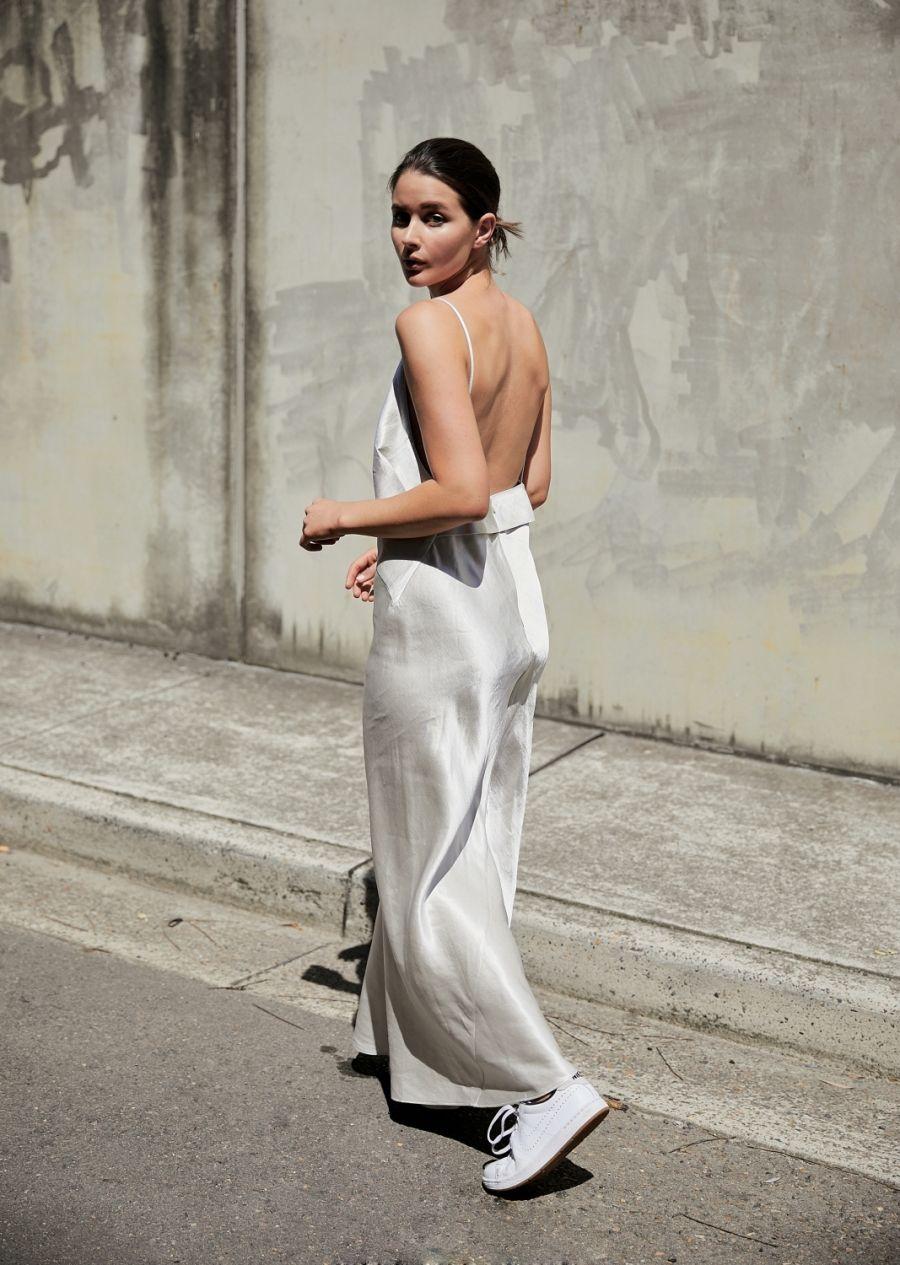 Đầm ngủ dáng dài màu bạc cùng giày thể thao trắng
