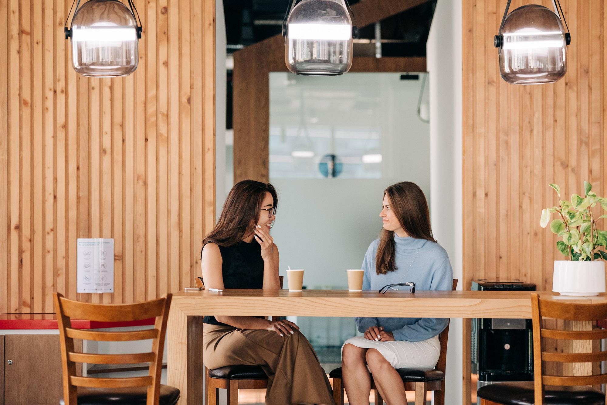 Hiệu ứng tắc kè hoa xảy ra khi hai cô gái nói chuyện với nhau