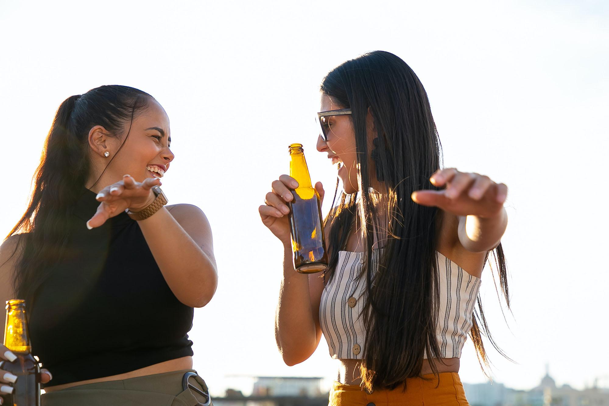 Hai cô gái bắt chước nhau là dấu hiệu của hiệu ứng tắc kè hoa