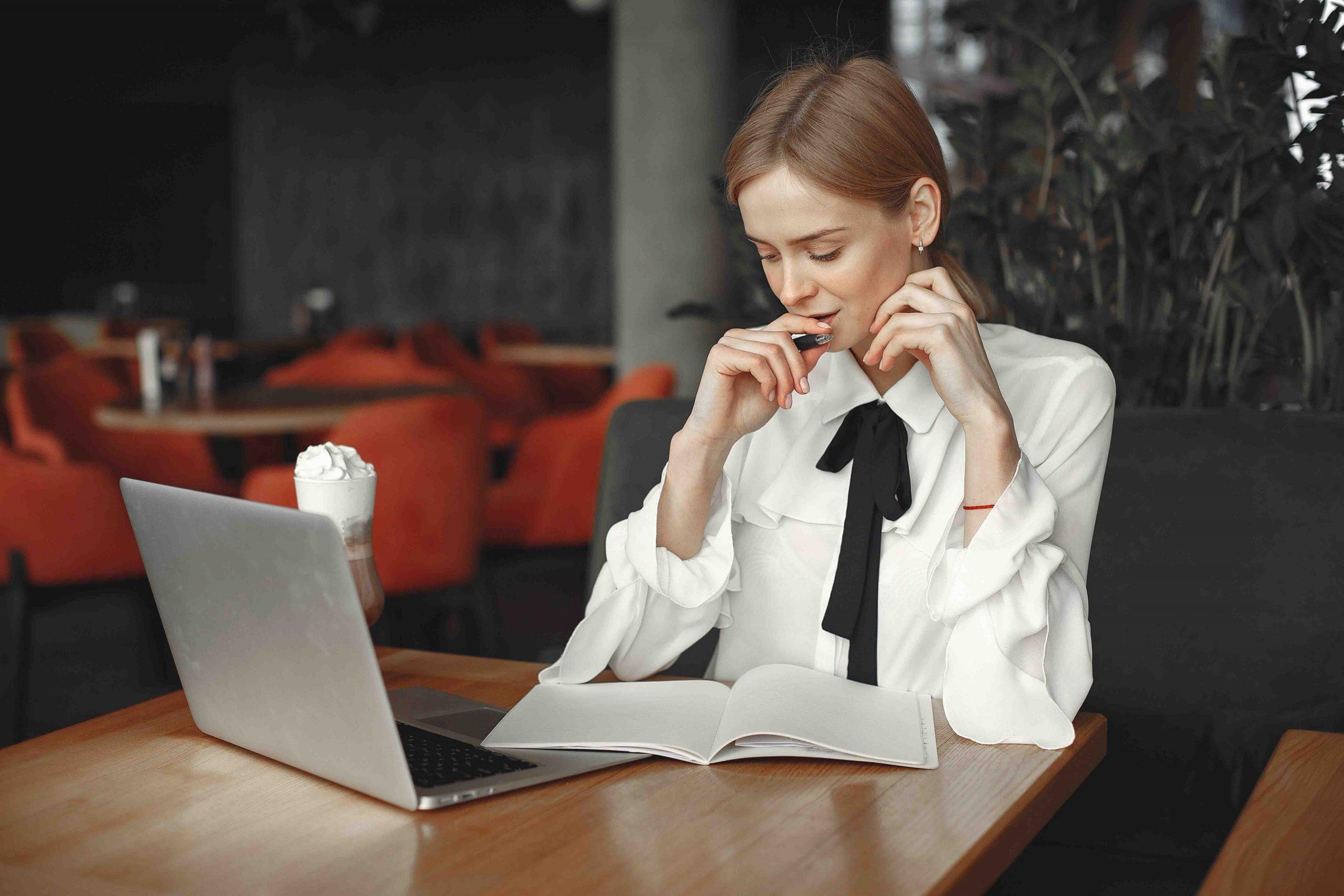 cung hoàng đạo cô gái áo trắng ngồi làm việc