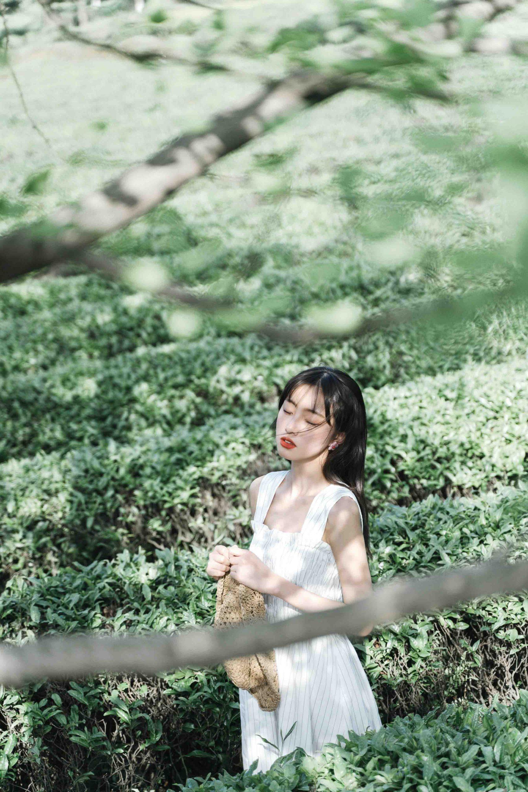 cung hoàng đạo cô gái váy trắng đứng giữa cánh đồng