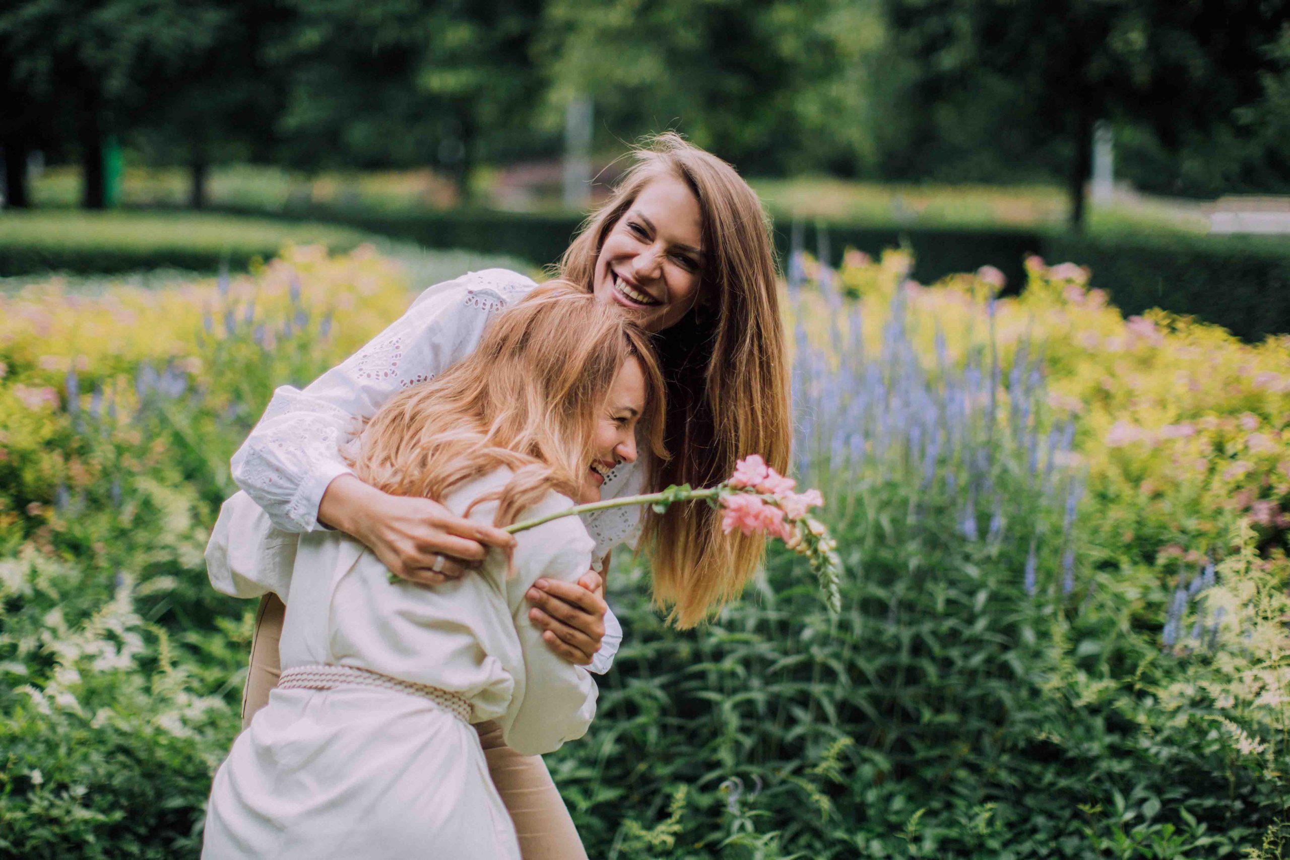 cung hoàng đạo hai cô gái ôm nhau