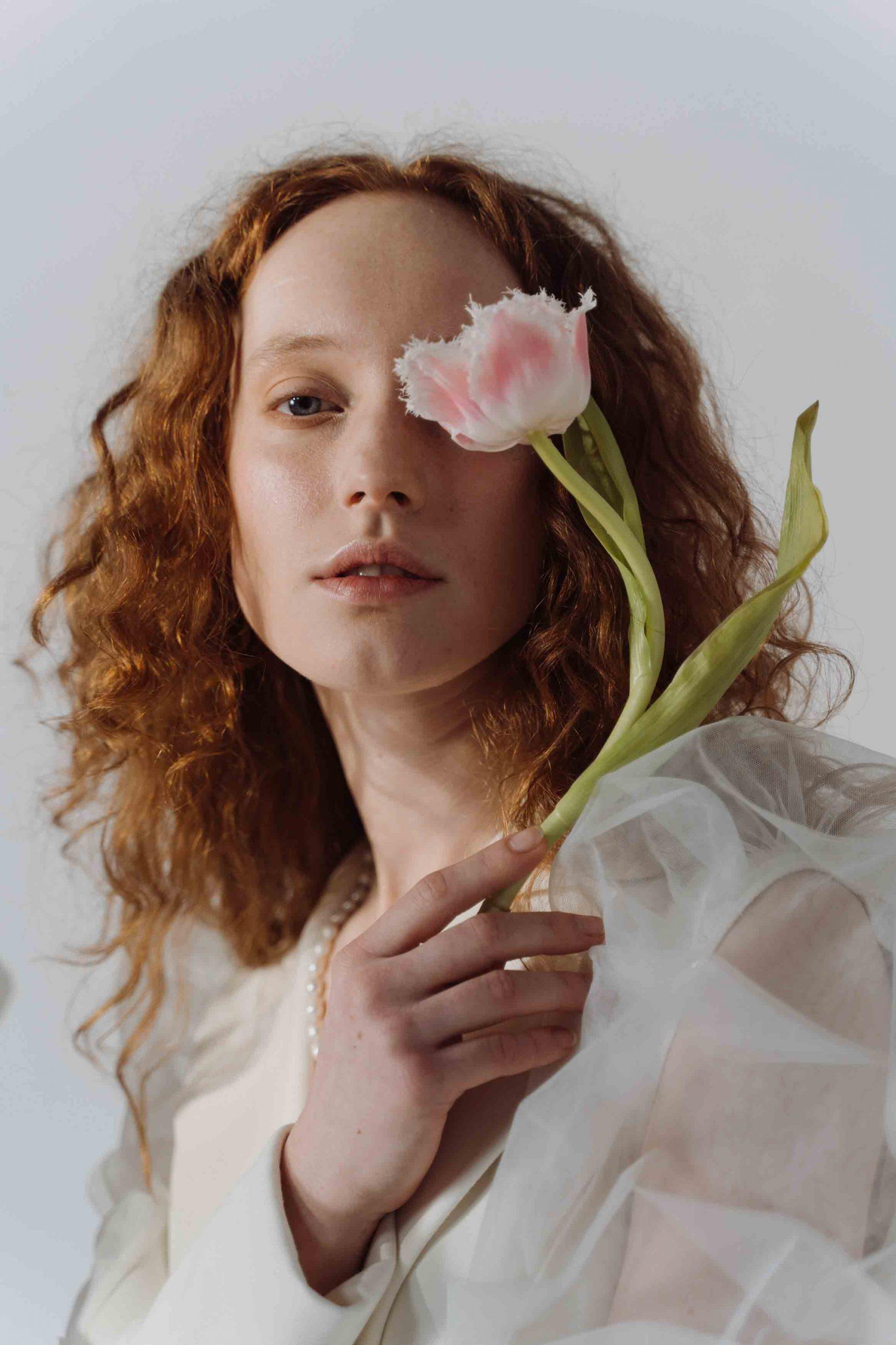 cô gái cầm hoa và những con số