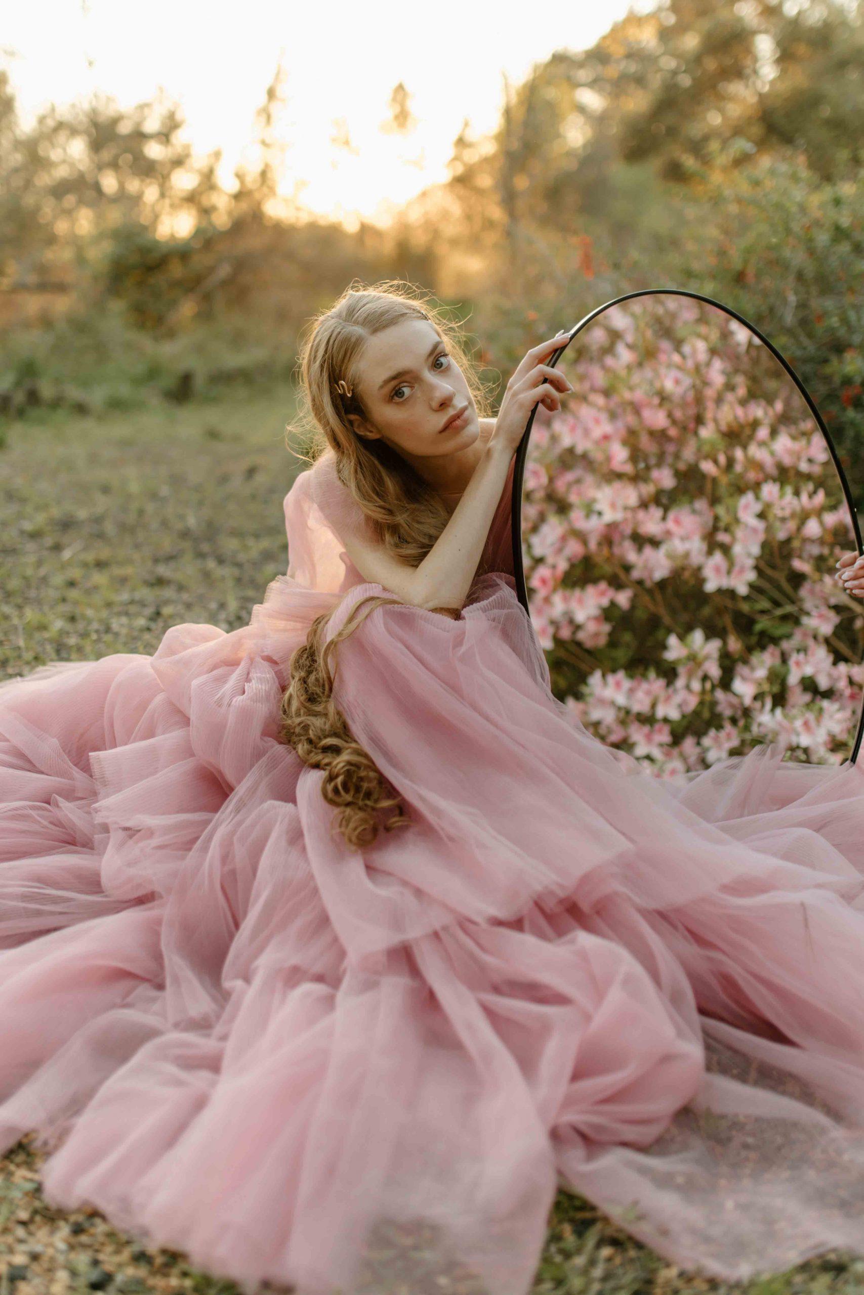 cô gái váy hồng bên chiếc gương và những con số