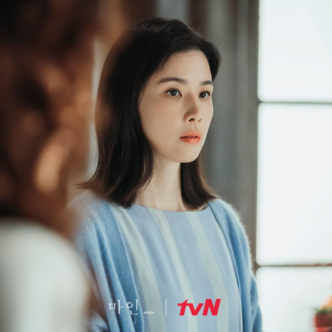 Vẻ đẹp hoàn mỹ của Lee Bo-Young ở tuổi ngoài 40.