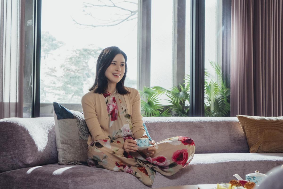 Dáng vẻ Lee Bo Young xinh đẹp rạng rỡ khi đang thưởng thức trà.