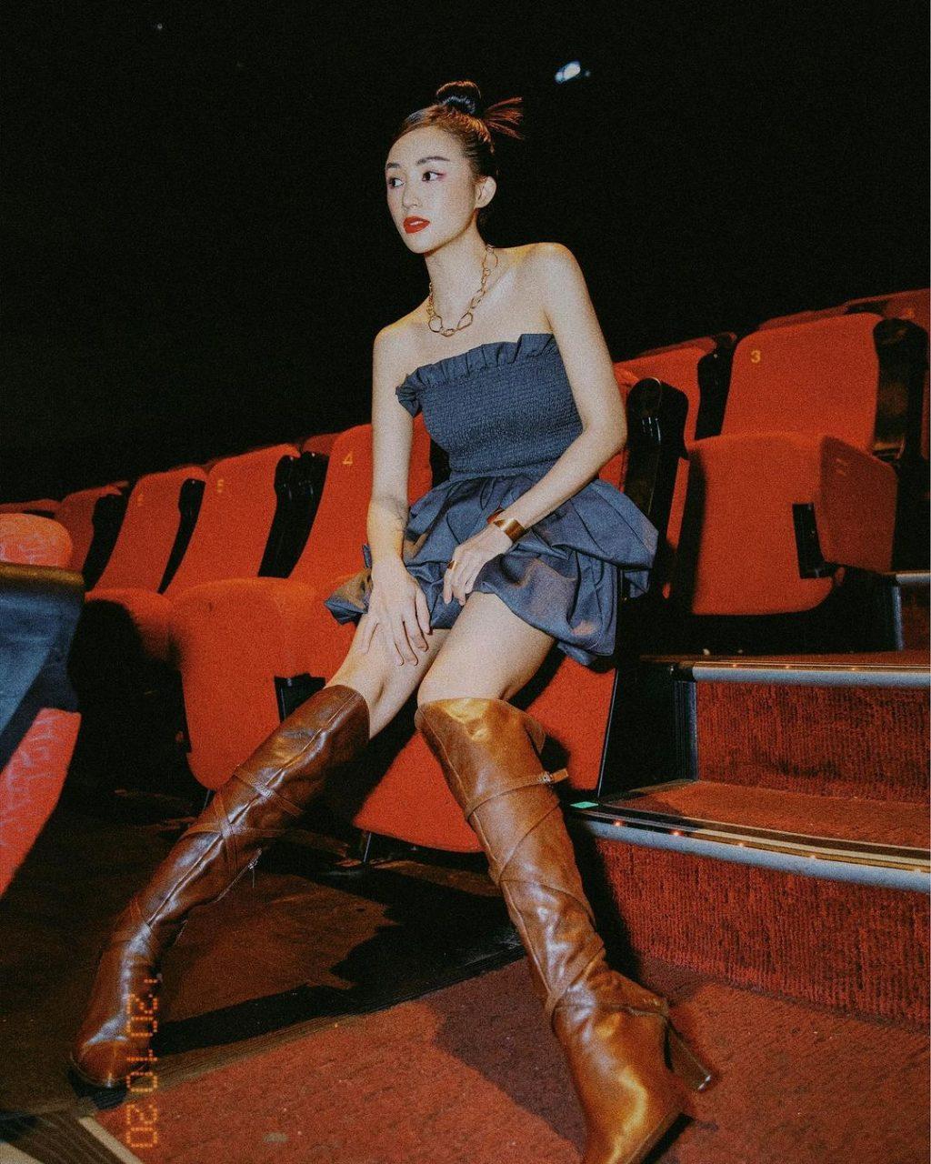 áo quây phối chân váy và boots cao bồi