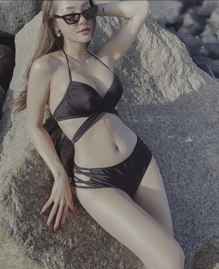 Minh Hằng bikini cut out