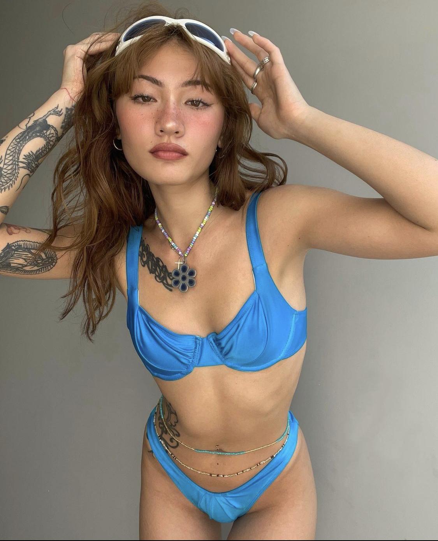 Naomi Roestel đồ bơi gọng cúp ngực