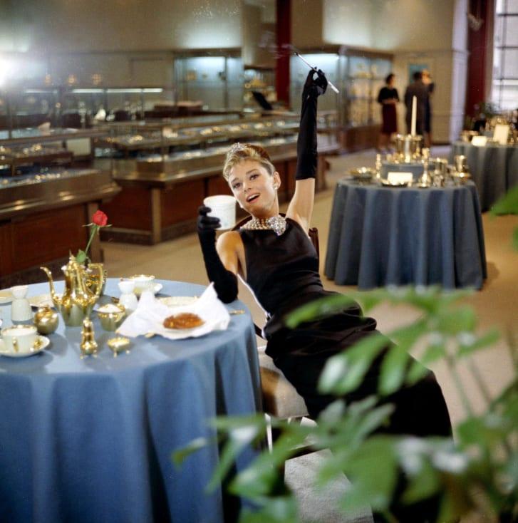 Audrey Hepburn đầm đen LBD Breakfast at tiffany