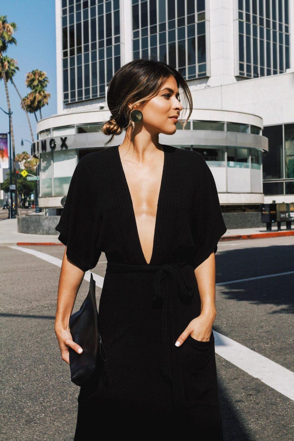 Đầm đen LBD cổ xẻ V cùng túi xách cầm tay