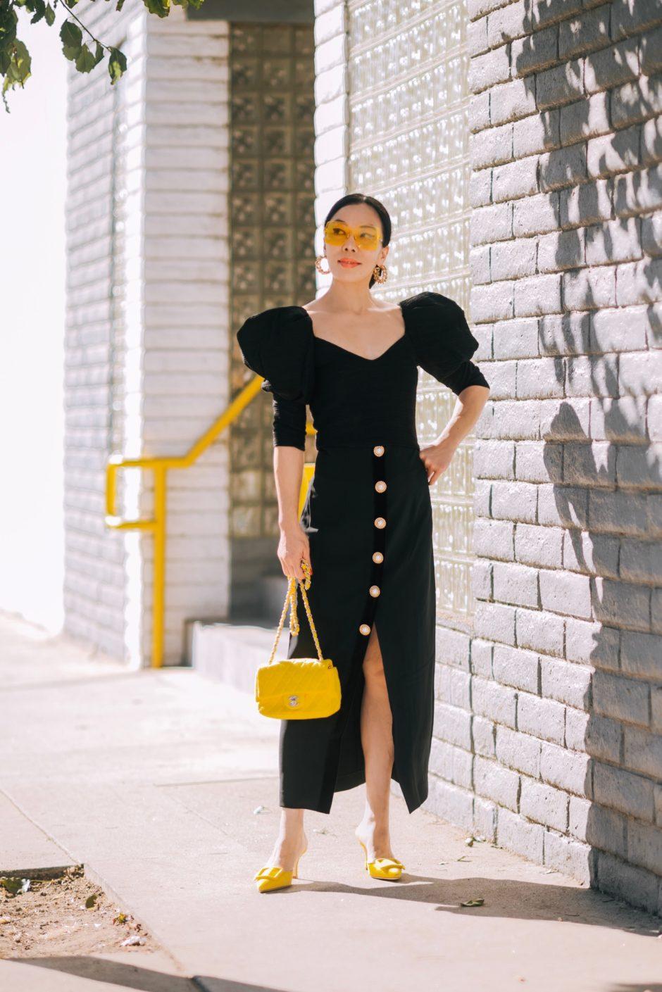 đầm đen tay phồng túi chanel vàng