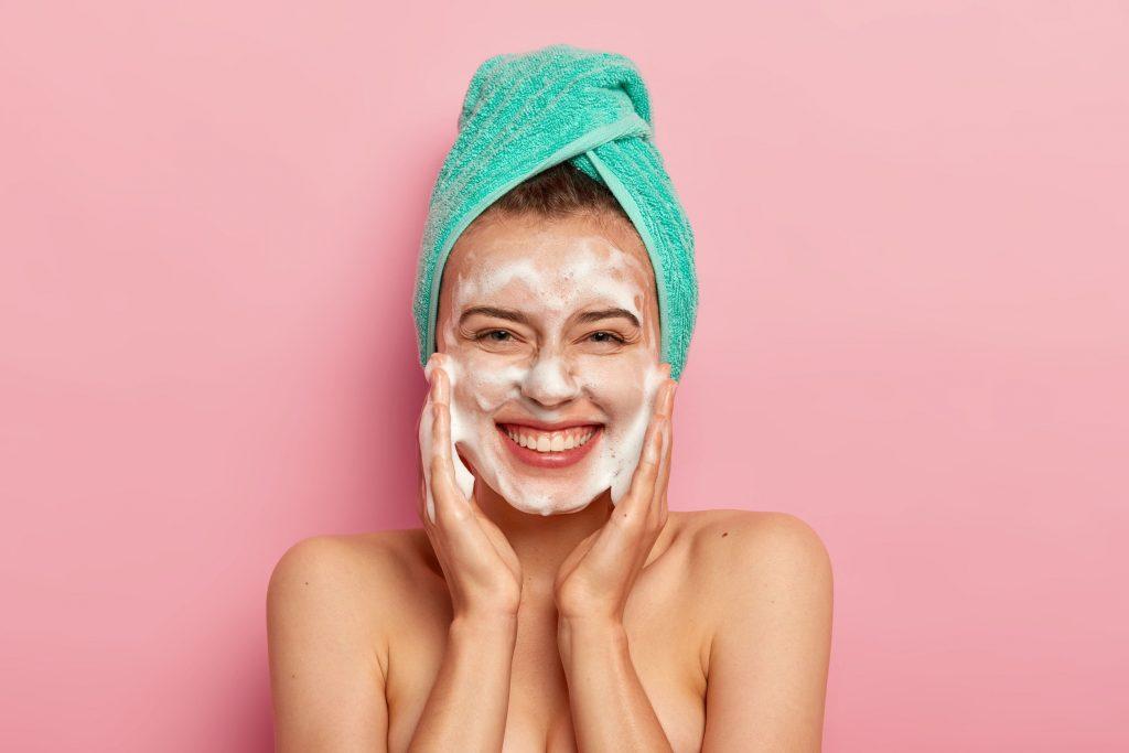 cô gái rửa mặt sạch - bước đầu của quá trình trị mụn