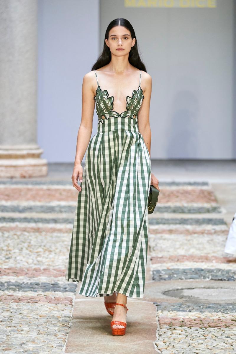 Mario Dice Runway 2021 váy hoạ tiết gingham xanh lá