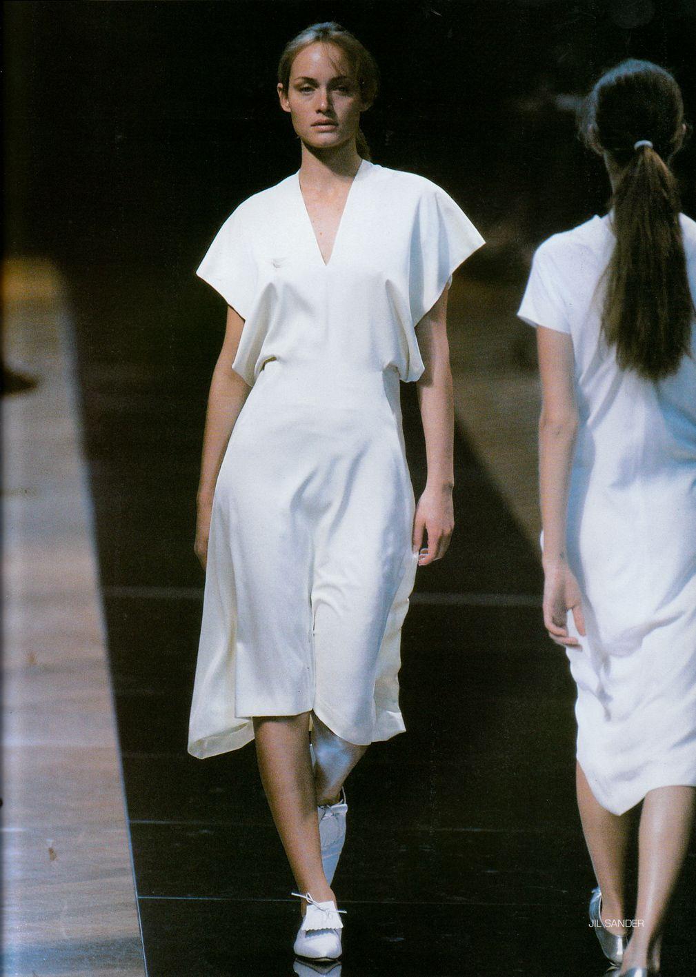 Jil Sander RTW mùa Xuân 1998 Amber Valletta thời trang thập niên 90