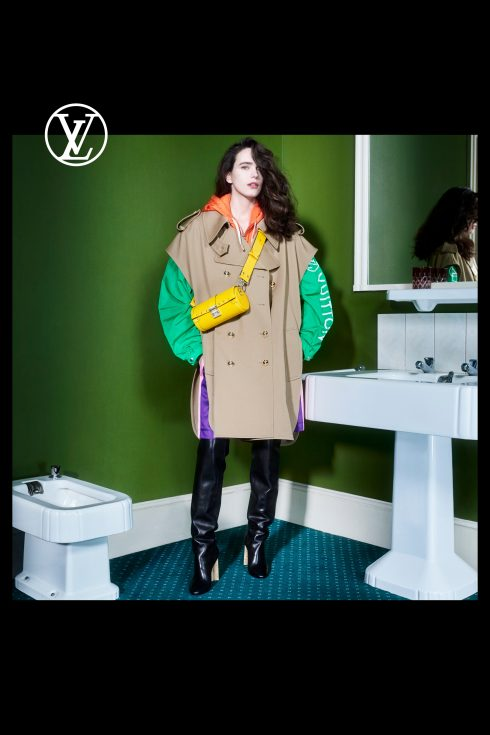 (Ảnh: Louis Vuitton)<br/>Stacy Martin túi vàng neon và áo trench coat