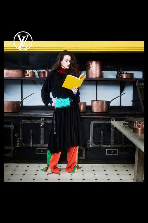 (Ảnh: Louis Vuitton)<br/>Stacy Martin đeo túi đeo thắt lưng màu xanh