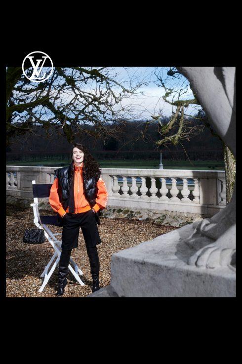 (Ảnh: Louis Vuitton)<br/>Stacy Martin mặc áo hoodie cam LV