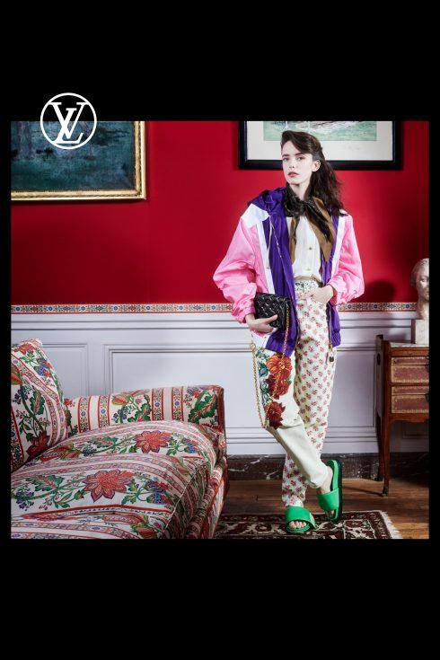(Ảnh: Louis Vuitton)<br/>Stacy Martin áo khoác hồng và quần hoạ tiết