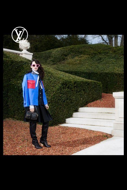 (Ảnh: Louis Vuitton)<br/>Stacy Martin cùng thiết kế áo khoác xanh cobalt