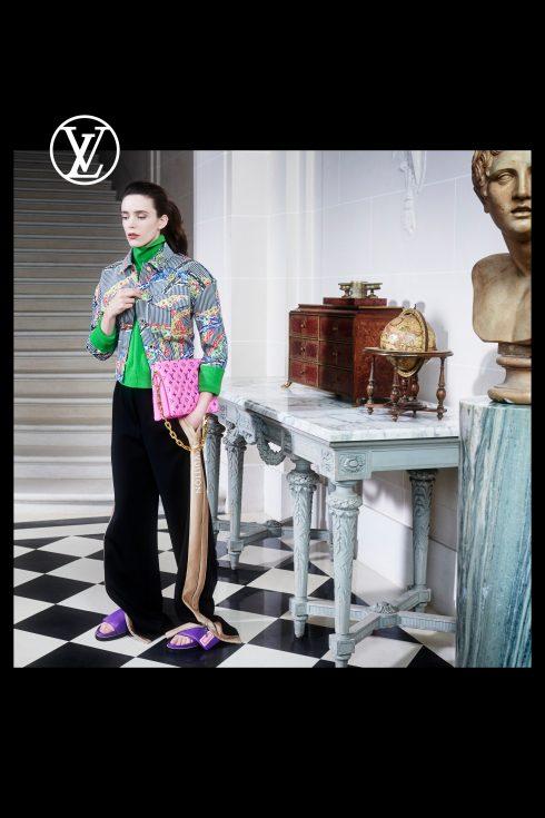 (Ảnh: Louis Vuitton)<br/>Stacy Martin túi Coussin da hồng neon