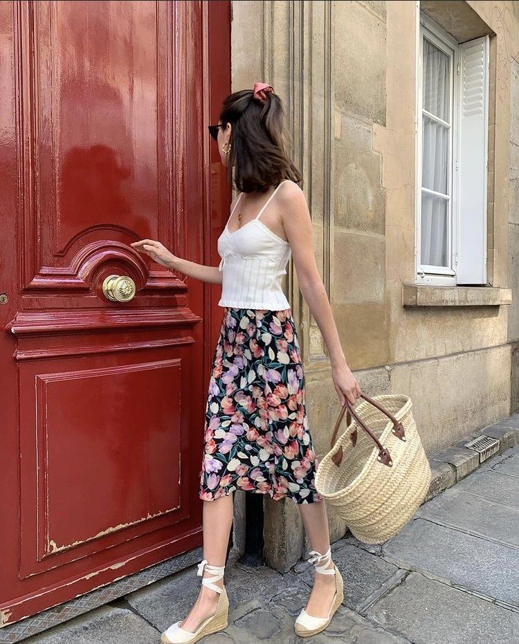 Chân váy hoa to phối cùng sandal và túi cói
