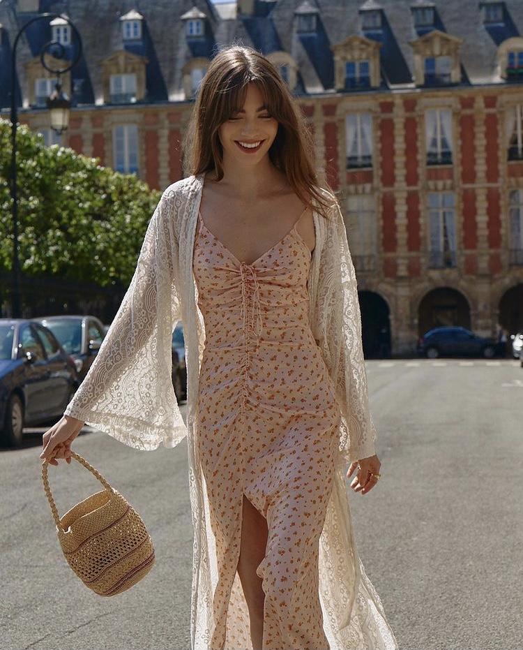 Váy slip dress hoa nhí phố cùng cardigan mỏng