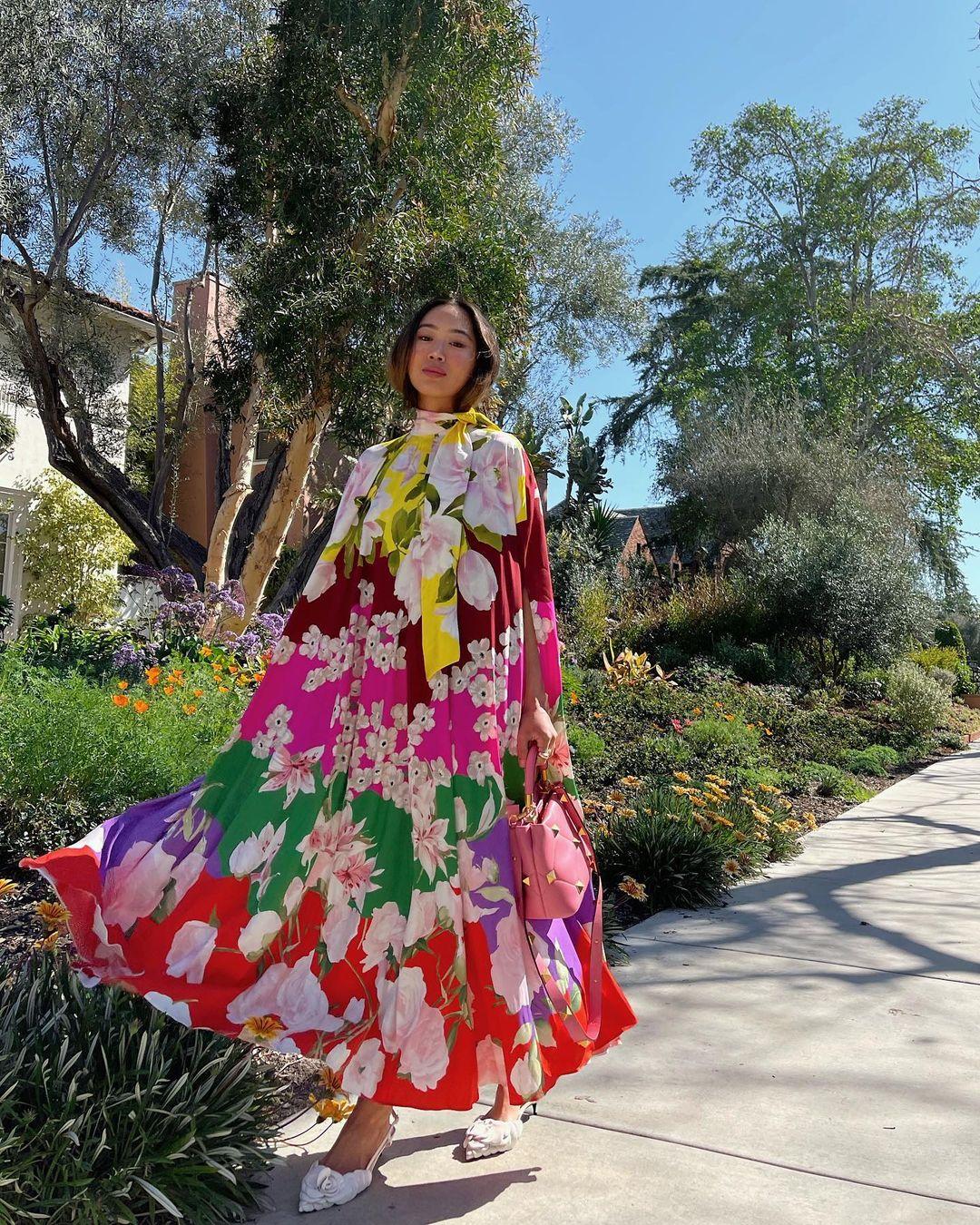 Aimee Song váy hoạ tiết hoa to