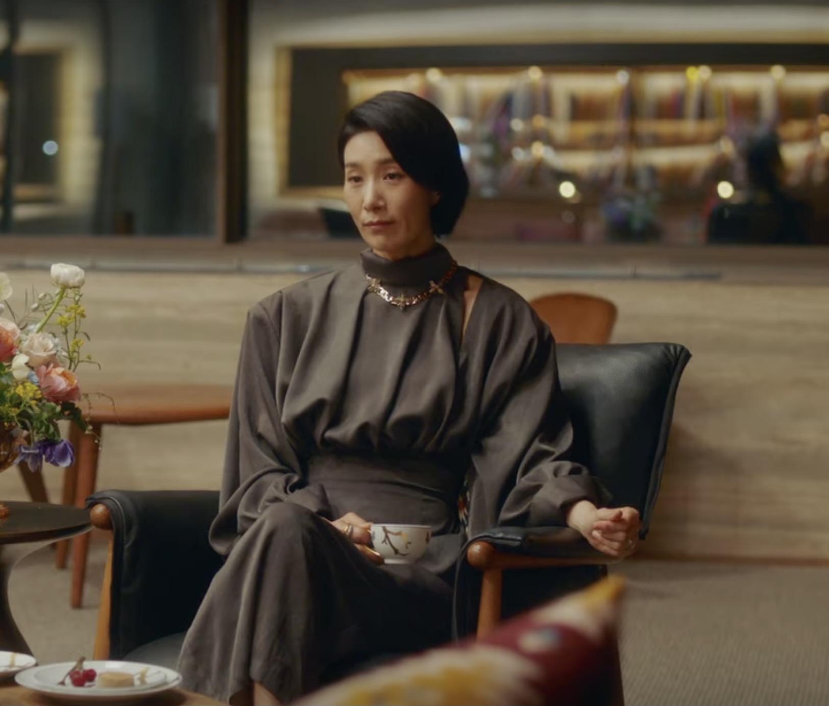 Kim Seo Huyng váy lụa đen