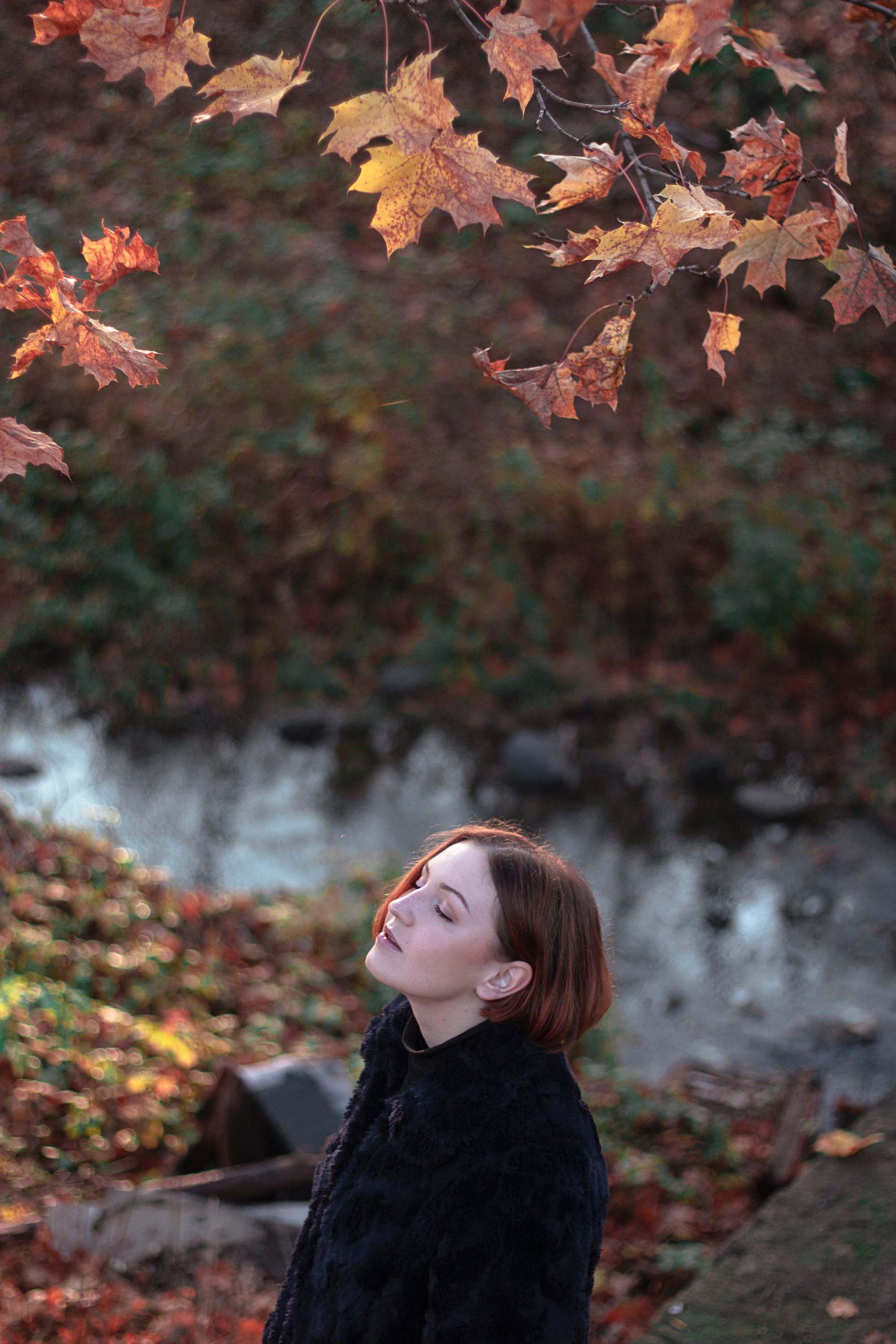 Cô gái biết ơn những gì mình đang có để thu hút điều tích cực vào cuộc sống