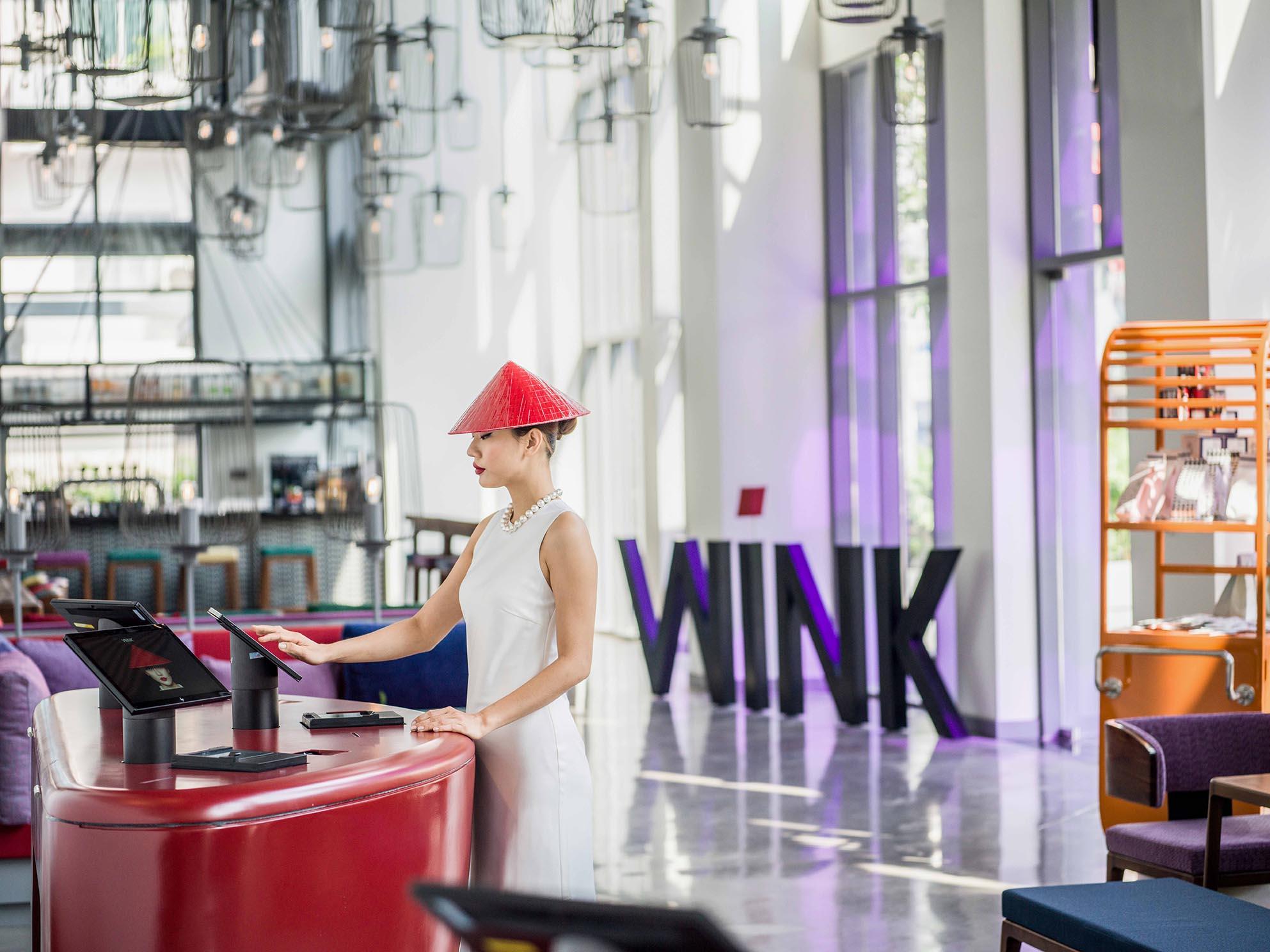 nhân viên phục vụ Wink Hotels