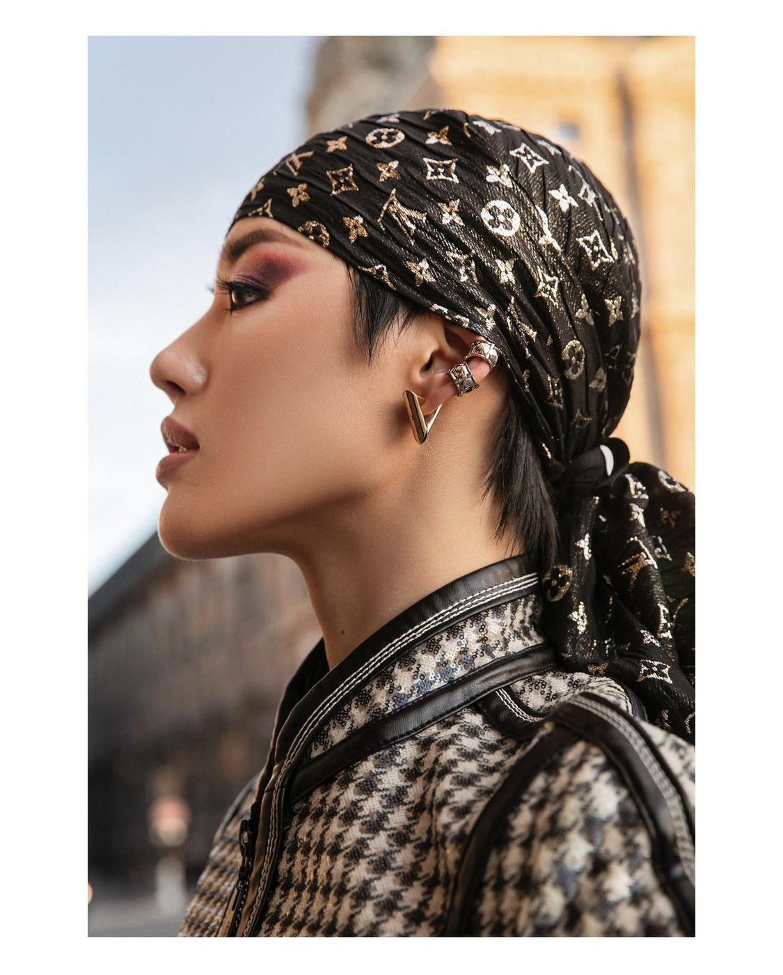 Khánh Linh khăn lụa LV
