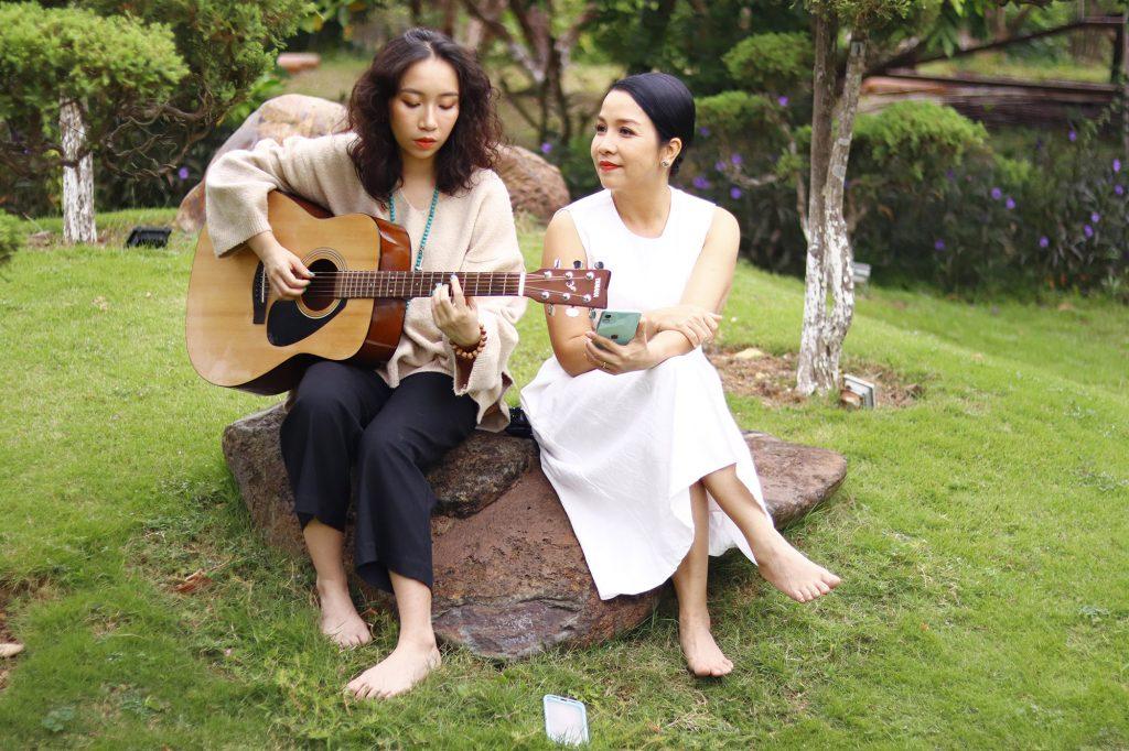 Mỹ Anh chơi nhạc cùng mẹ