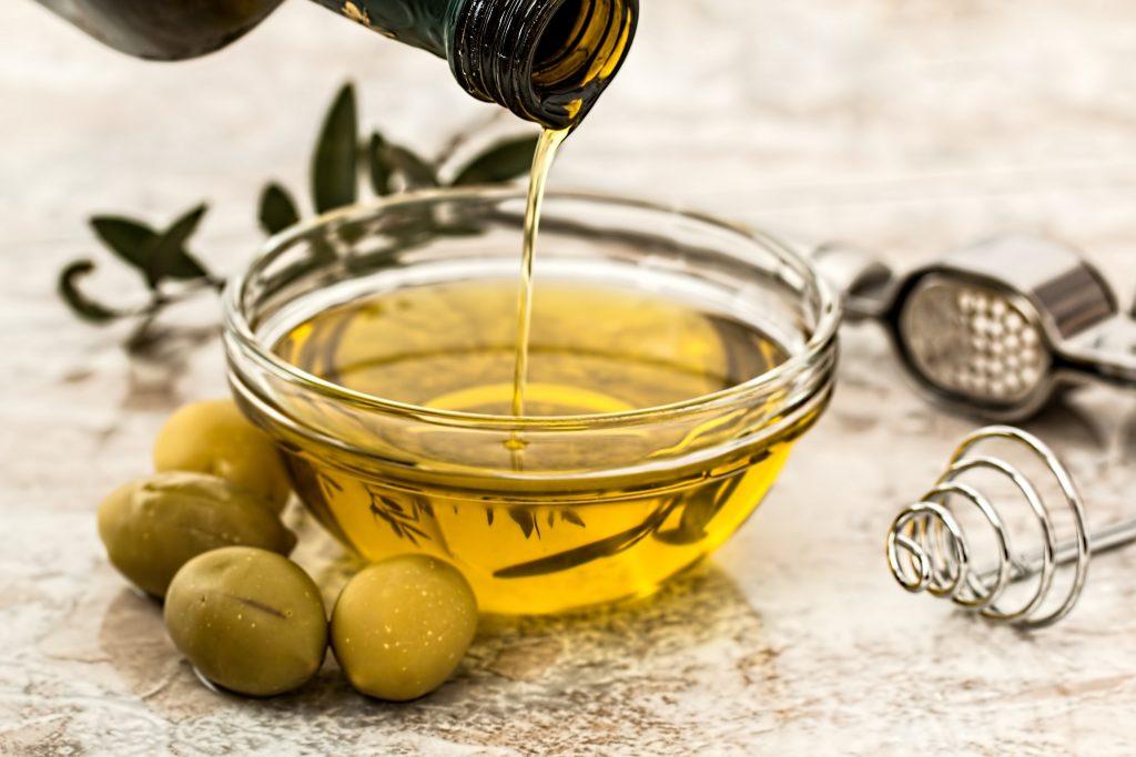 Dùng dầu olive giúp phục hồi móng tay nhanh chóng