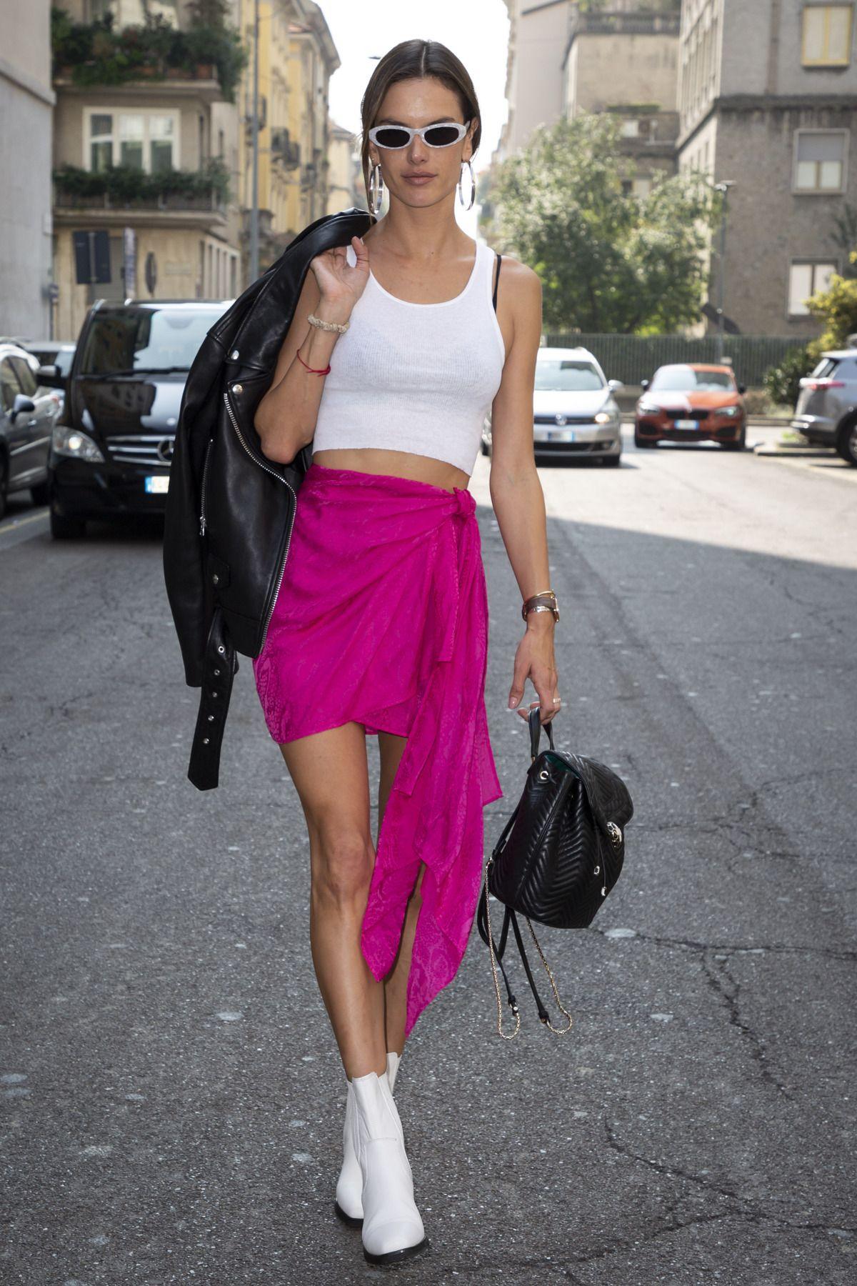 tank top trắng cùng chân váy hot pink