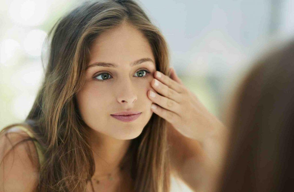 Dùng khăn tắm lau khô mặt có thể gây kích ứng cho da