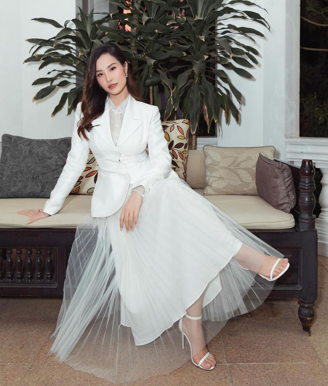 Dong Nhi pleated skirt