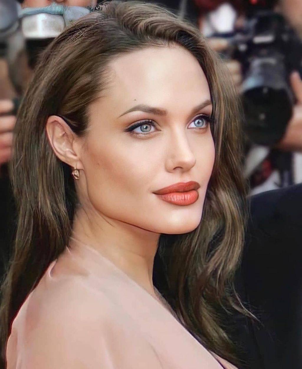 Simple makeup style - Angelina Jolie