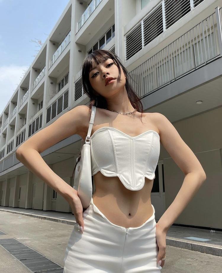 Áo crop top trắng phối monochrome