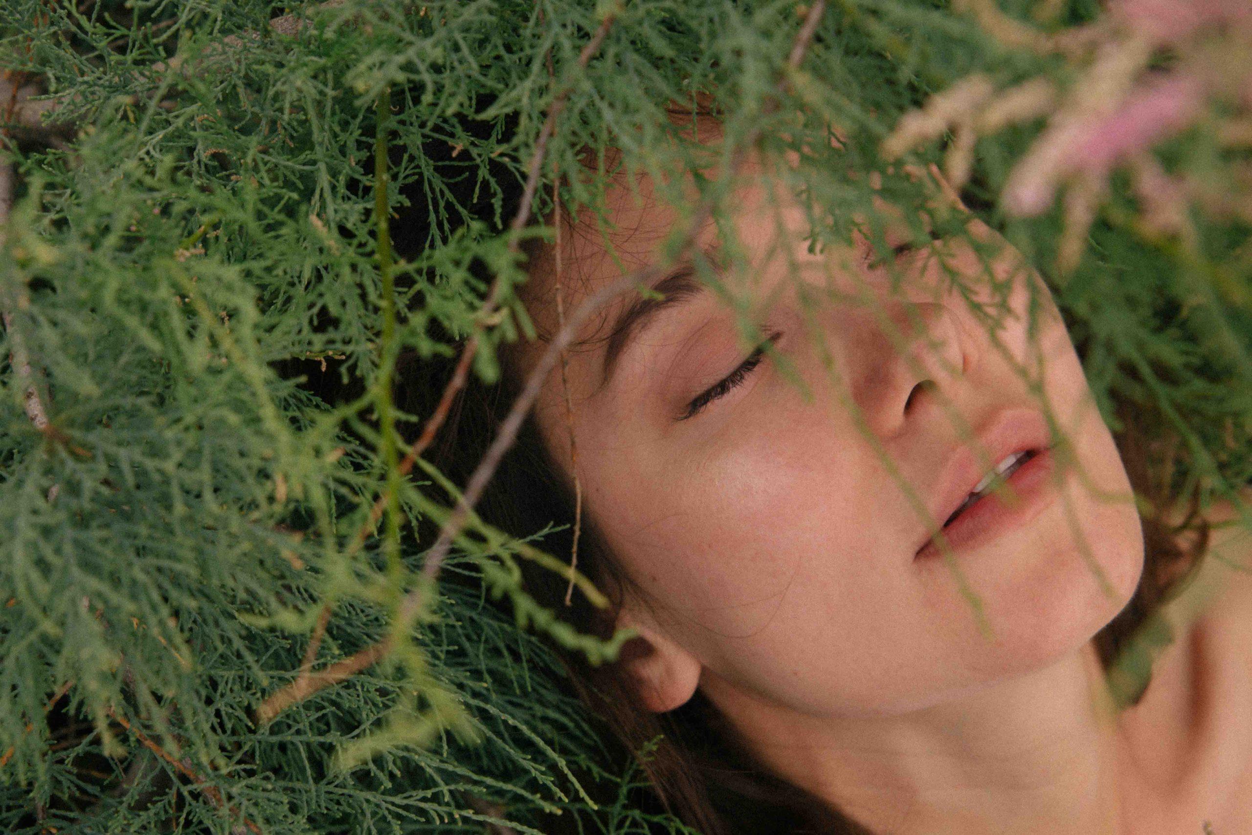 cô gái cung hoàng đạo nằm dưới cỏ