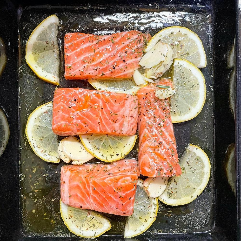 cá hồi là loại thực phẩm giàu axit omega-3 tốt cho da