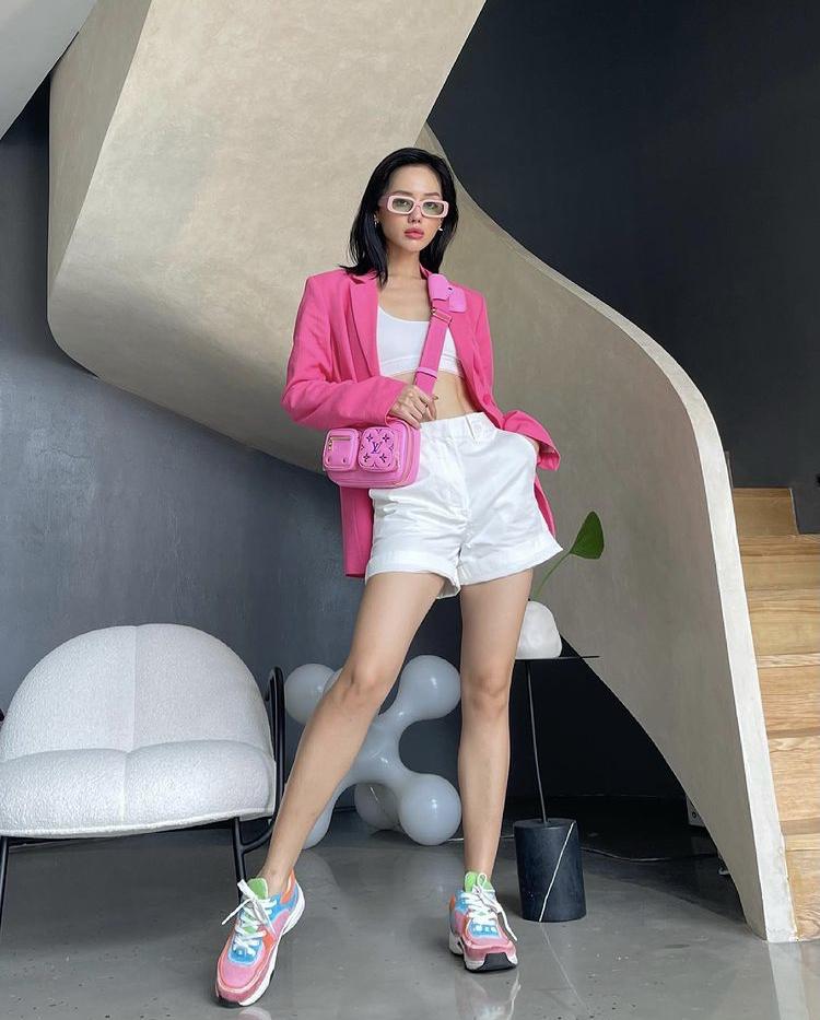 Áo blazer hồng phối trang phục thể thao