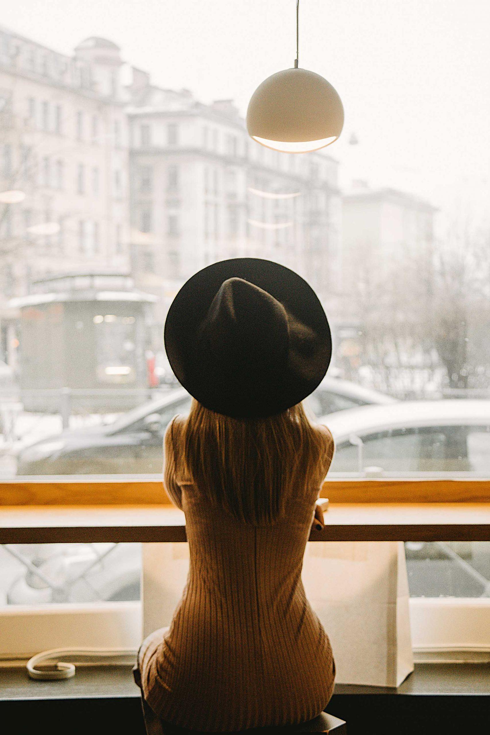 Cô gái nước Pháp tận hưởng cà phê sáng và ngắm dòng người qua lại