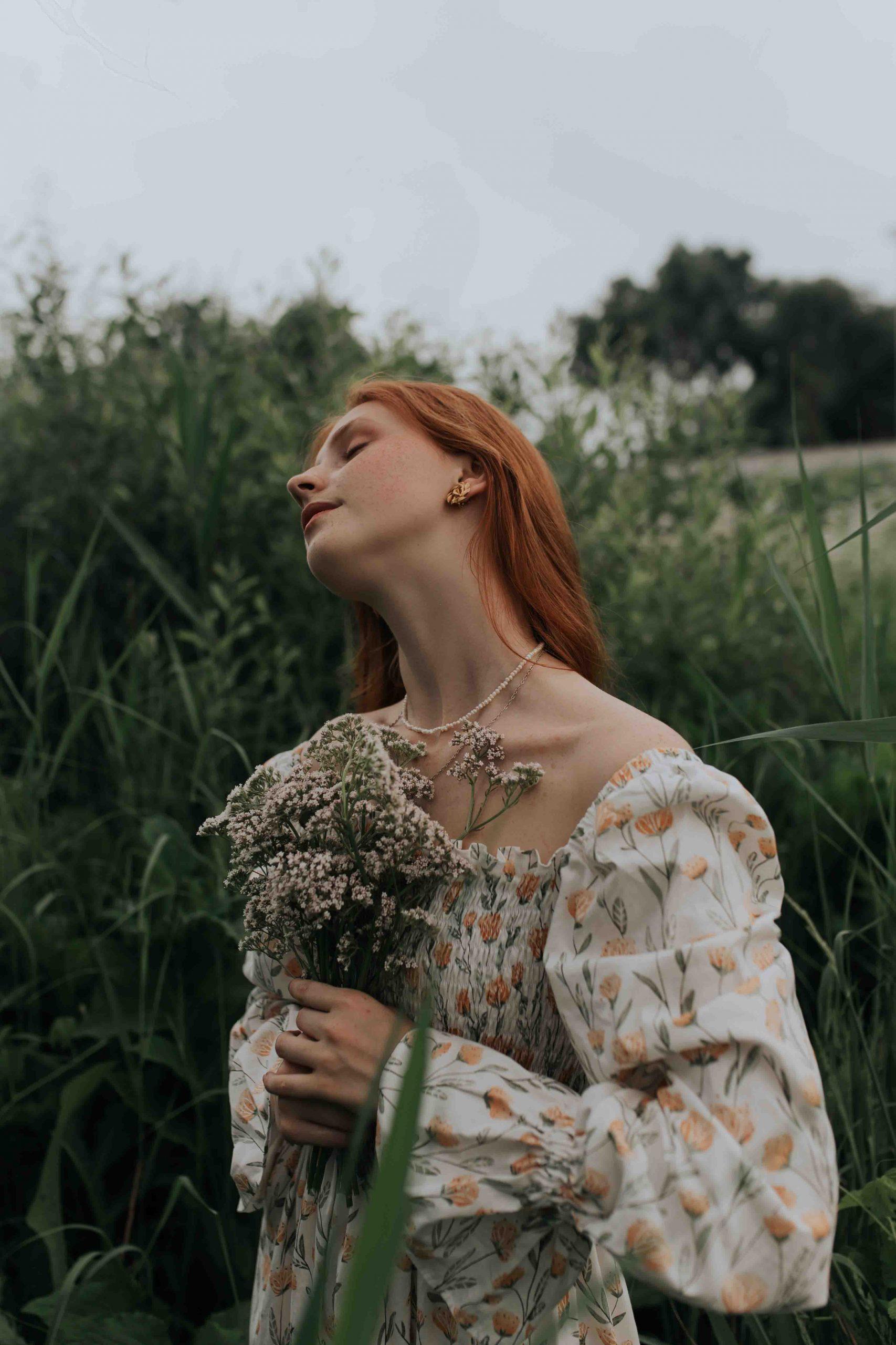 tinh thần cô gái cầm bó hoa