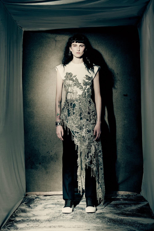 Áo thun trắng đính sequin Alexander McQueen