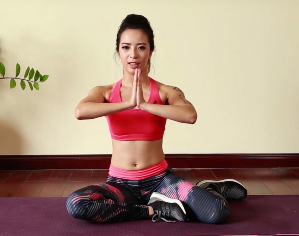 Bài tập ngực động tác Prayer Pose
