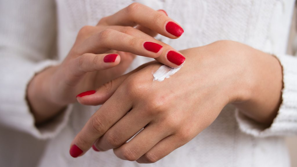 Hãy chọn loại kem dưỡng ẩm thấm nhanh tránh hầm bí da khi đeo khẩu trang