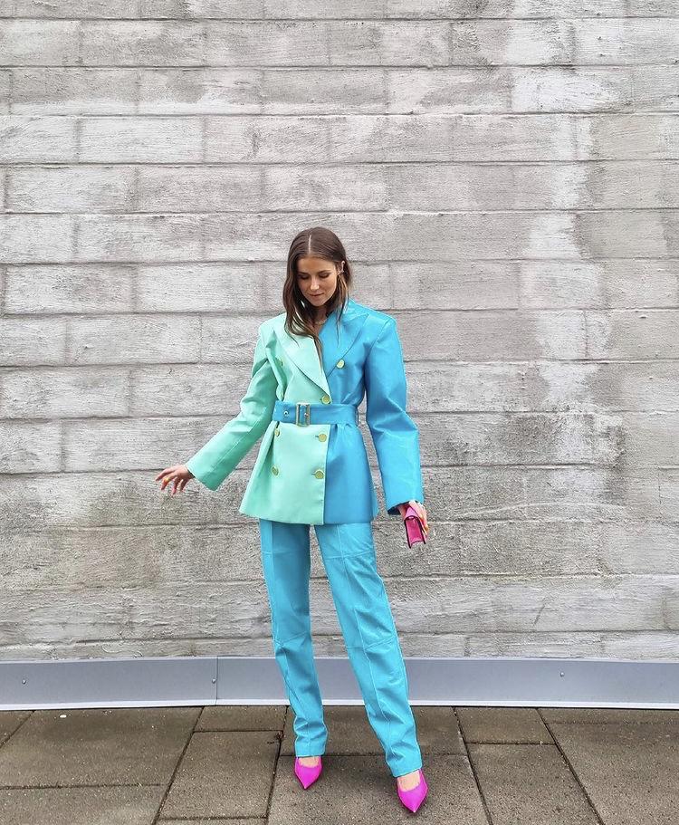 Phối suit kiểu color blocking màu xanh dương